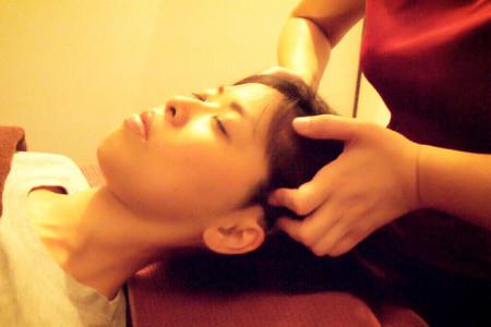 頭皮の筋肉をつかんで動かすマッサージ方法は、当サロンだけのプロの技。